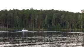 Les amants montent dans un bateau sur un lac Amis détendant ensemble sur l'eau La belle nature autour Photos stock
