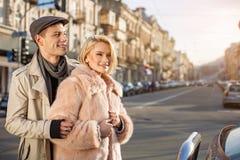 Les amants optimistes la date apprécient le temps dehors Photographie stock