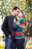 Les amants équipent et femme au printemps Image stock