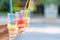 Les amies appréciant des cocktails dans un café extérieur, mains détaillent le tir Photographie stock