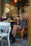 Les amies boivent du café dehors photos stock