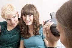 Les amies caucasiennes avec le système dentaire de parenthèse installé sont B Photographie stock