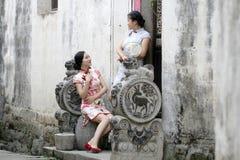 Les amies chinoises dans le cheongsam apprécient le temps gratuit Photographie stock libre de droits