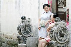 Les amies chinoises dans le cheongsam apprécient le temps gratuit Photographie stock