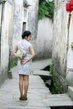 Les amies chinoises de beauté dans le cheongsam apprécient le temps gratuit Images stock