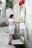 Les amies chinoises de beauté dans le cheongsam apprécient le temps gratuit Photographie stock