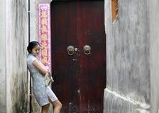 Les amies chinoises de beauté dans le cheongsam apprécient le temps gratuit Photo libre de droits
