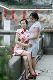 Les amies chinoises de beauté dans le cheongsam apprécient le temps gratuit Photos stock