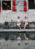 Les amies chinoises de beauté dans le cheongsam apprécient le temps gratuit Photographie stock libre de droits
