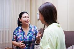 Les amies de femmes communiquent Photographie stock libre de droits