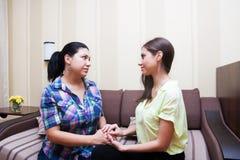 Les amies de femmes communiquent Image libre de droits