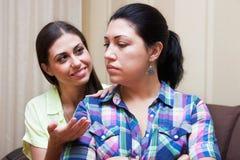 Les amies de femmes communiquent Images libres de droits