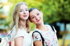 les amies de fond ont isolé deux jeunes blancs Image libre de droits