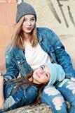 les amies de fond ont isolé deux jeunes blancs Photographie stock libre de droits