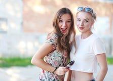 les amies de fond ont isolé deux jeunes blancs Photos stock