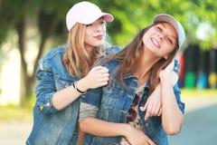 les amies de fond ont isolé deux jeunes blancs Photo libre de droits