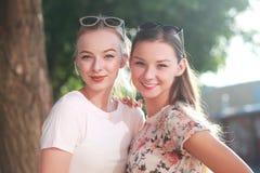 les amies de fond ont isolé deux jeunes blancs Photos libres de droits