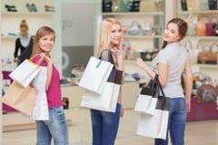 Les amies font des achats dans le magasin Photos stock