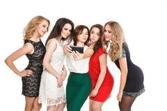 Les amies font le selfi de smartphone d'isolement sur le blanc Photographie stock