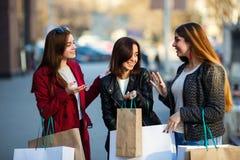 Les amies heureuses de femmes font l'achat ensemble Photo stock