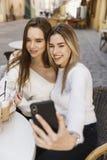 Les amies ont l'amusement en café image libre de droits