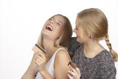 Les amies parlent de dépenser l'argent par la carte de crédit d'or Photos stock