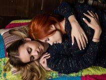 Les amies passent le temps ensemble Deux jolies amies de lesbiennes embrassant et étreignant dans une atmosphère confortable Photos libres de droits