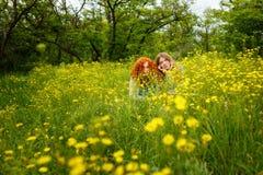 Les amies se cachent en fleurs Image stock