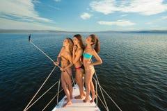 Les amies se reposent sur un yacht au milieu de l'océan Photo libre de droits