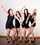 Les amies sexy de femmes dansent sur la réception Image libre de droits