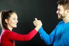 Les amis équipent et femme étreignant se serrant la main Photographie stock libre de droits
