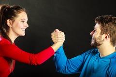 Les amis équipent et femme étreignant se serrant la main Images libres de droits