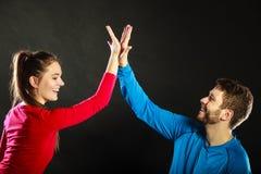 Les amis équipent et femme célébrant donnant la haute cinq Images libres de droits