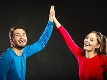 Les amis équipent et femme célébrant donnant la haute cinq Photos stock