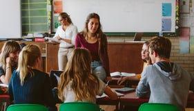 Les amis étudient ensemble dans la chambre de classe Photo stock