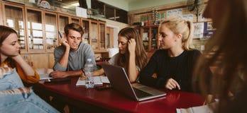 Les amis étudient ensemble dans la salle de classe Photo stock