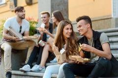 Les amis affamés mangent de la nourriture photographie stock libre de droits