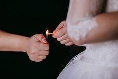 Les amis aide la jeune mariée étant prête pour son jour du mariage dans MOR Photographie stock
