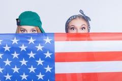 Les amis américains féminins attirants font l'amusement Photo libre de droits