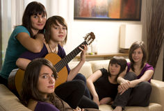 Les amis apprécie la musique Photo libre de droits
