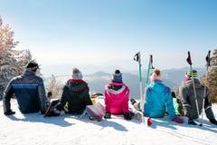 Les amis apprécient en haut de la belle montagne Photo stock