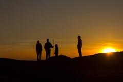 Les amis apprécient le coucher du soleil Images stock