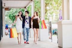 Les amis asiatiques de achat sont marchants et faisants des emplettes dans le stre d'achats Photographie stock libre de droits