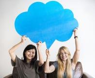 Les amis asiatiques et caucasiens heureux de femmes tenant la parole de copyspace bouillonnent Image libre de droits