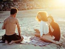 Les amis assez divers de nation et d'âge sur la côte ayant l'amusement, concept de personnes de mode de vie des vacances de plage Images libres de droits