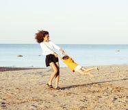 Les amis assez divers de nation et d'âge sur la côte ayant l'amusement, concept de personnes de mode de vie des vacances de plage Photos libres de droits