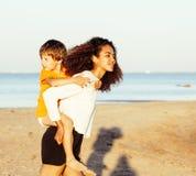 Les amis assez divers de nation et d'âge sur la côte ayant l'amusement, concept de personnes de mode de vie des vacances de plage Images stock
