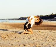Les amis assez divers de nation et d'âge sur la côte ayant l'amusement, concept de personnes de mode de vie des vacances de plage Photo libre de droits
