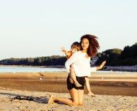 Les amis assez divers de nation et d'âge sur la côte ayant l'amusement, concept de personnes de mode de vie des vacances de plage Photographie stock