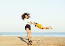 Les amis assez divers de nation et d'âge sur la côte ayant l'amusement, concept de personnes de mode de vie sur la plage vacation Photos stock